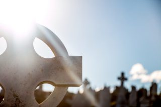 https://instantesonoro.com/wp-content/uploads/2019/01/1.7-FUNERALES-SERVICIOS-light-cross-cemetery-death-lighting-close-up-426941-pxhere.com_-320x213.jpg